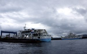 海の駅の発着場の旧船(左)と新造船(右)