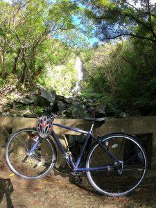 フナンギョの滝に自転車
