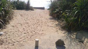徳浜、左側の階段への道 砂が上がっていて駐車不可